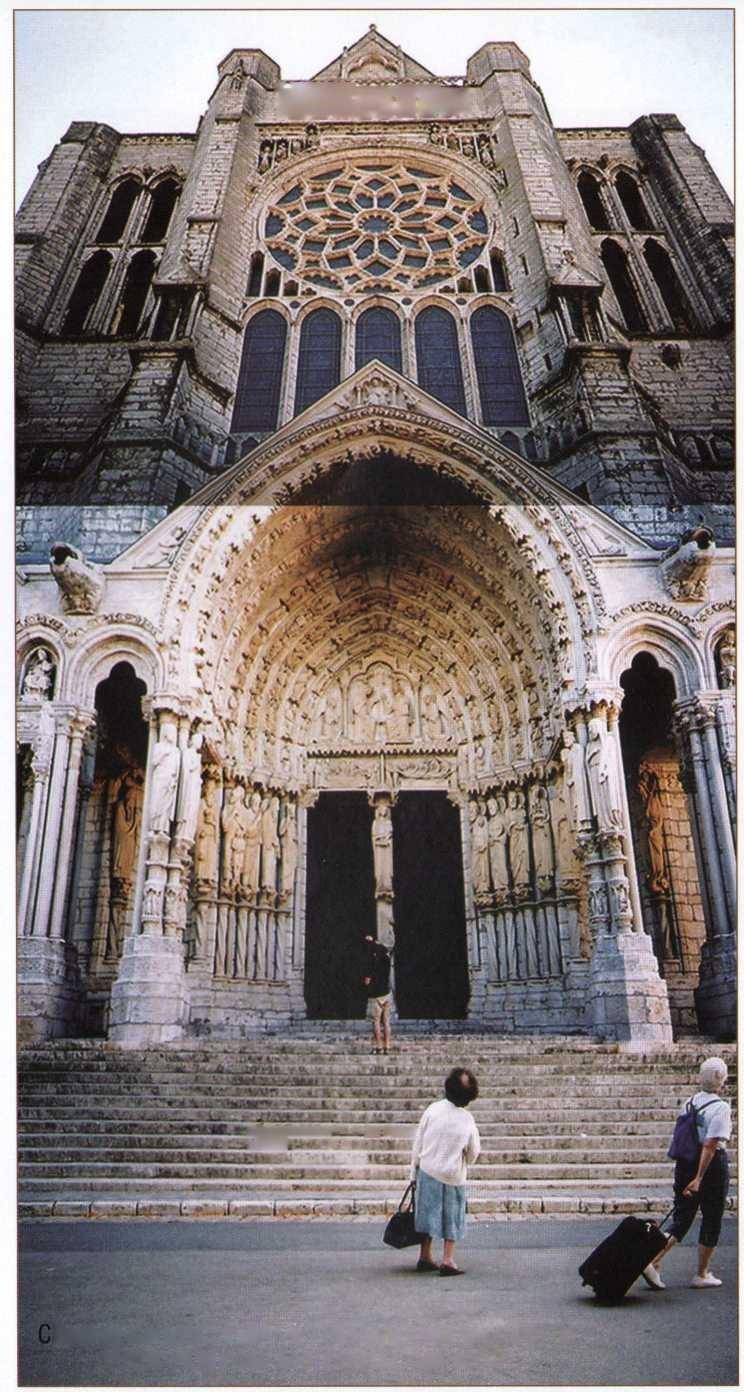 Chartres Katedrali 1154 ve 1194 yıllarında geçirdiği iki büyük yangından sonra tekrar inşa edildi.