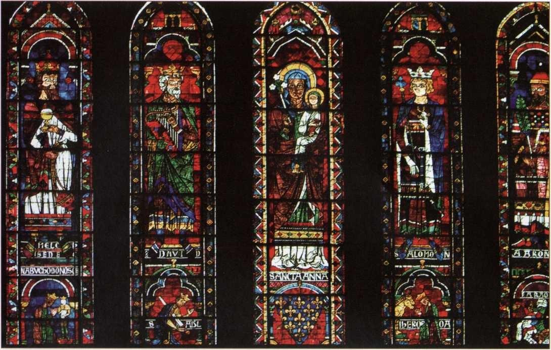 Chartres'ı meşhur eden olağan üstü güçlü 13. yüzyıl vitraylarıdır. Bu vitraylarda tüm doğal renkleri, olabilecek her tonda görüyoruz.